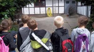 Die Kinder sehen beim Ausflug einen Pfau